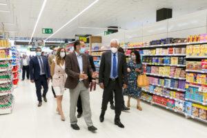 Autoridades e invitados recorren la nueva tienda HiperDino