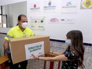 Donación de alimentos realizada por la Fundación DinoSol