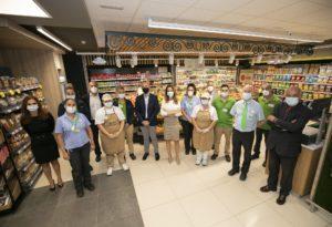 Olivia Llorca, directora Comercial y de Operaciones, y Carlos García, director de Marketing y Comunicación, acompañados de  parte del personal de la tienda