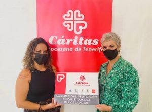 Virginia Ávila, directora de la Fundación DinoSol, junto a Leticia Barrios, técnico de Cáritas Diocesana de Tenerife en la isla de La Palma